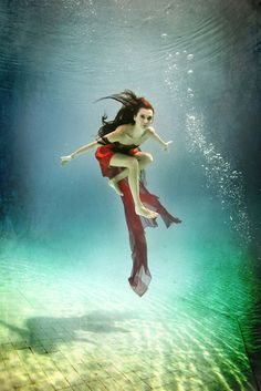 Underwater people photography at its best: 20 fantastic examples