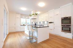 weiße Eckküche mit vielen Fenstern und einem Zugang zum Garten Kitchen Island, Table, Furniture, Home Decor, Interior, Homes, Lawn And Garden, Island Kitchen, Decoration Home