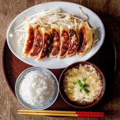 Tomoki TakemuraさんはInstagramを利用しています:「『一汁一菜 鯖の梅煮 茄子の味噌汁』 Japanese Breakfast🍚🐟 . . . 8月最終日、なんだかあっという間☀️😢 . . 義母より小茄子をたくさんもらったので味噌汁に🍆 そして脂がのった鯖を、梅煮でさっぱりと🐟☘️ . . . #一汁一菜 #鯖 #茄子 #梅…」 Food Fantasy, Food Combining, Breakfast Lunch Dinner, Daily Meals, Aesthetic Food, Korean Food, Food Pictures, Asian Recipes, Food Photography