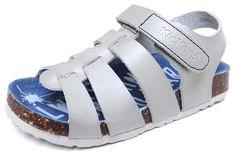 Kickers sandalia Magino gris claro en piel gris claro con suela bio. Ajuste con 1 velcro.