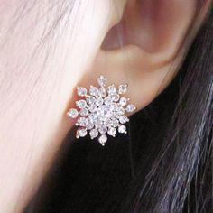 Crystal Snowflake Stud Earrings for Women - Cute Ear Piercing Ideas -  pernos prisioneros cristalinos del pendiente del copo de nieve - www.MyBodiArt.com