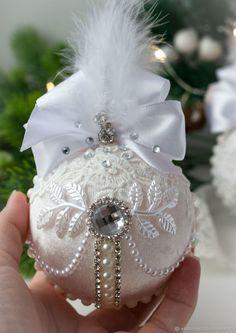 Shabby Chic Christmas Ornaments, Christmas Baubles, White Christmas, Handmade Christmas, Christmas Holidays, Christmas Crafts, Christmas Decorations, Christmas Ideas, Crochet Flower Tutorial