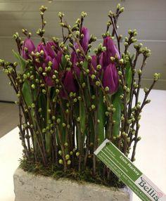 een lange tafel met dit bloemstuk