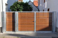 Vjezdová brána: konstrukce plotu: žárové pozinkovaná ocel výplň: dřevo