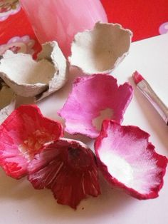 7 ideas for paper mâché bowlsMost of us soaked newspaper strips or egg carton paste, which are placed on a .Upcycle // Papier Mache Roses from an Egg CartonUpcycle // Papier Mache Roses from an Egg Carton Art, Egg Carton Crafts, Egg Cartons, Handmade Flowers, Diy Flowers, Paper Flowers, Diy Paper, Paper Art, Diy For Kids