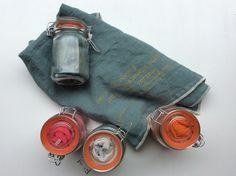 herkullisen värisiä pellavaisia keittöpyyhkeitä lasipurkissa