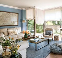 Las estancias orientadas al sol y las casas de verano agradecen las paredes azules.