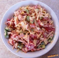 lehký salát večeře 3 rajčata,1 paprika zelená,tvrdý sýr 30%, 1 vejce na tvrdo , šunka,lžíce jogurtu ,sůl POSTUP PŘÍPRAVY papriku a rajče nakrájíme na kostičky,sýr + šunku nastrouháme na hrubo přidáme vejce které jsme prolisovali přes tvořítko na brambory přidáme jogurt a trošku osolíme a promícháme a můžem jíst. Slovak Recipes, Czech Recipes, Russian Recipes, Ethnic Recipes, Top Recipes, Great Recipes, Salad Recipes, Cooking Recipes, Healthy Recipes