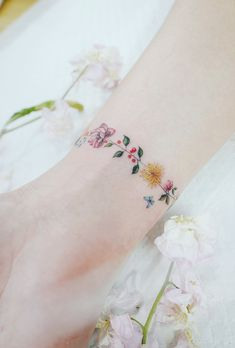Discreet And Charming Wrist Tattoos You'll Want To Have. Classy, colorful and feminine wrist bracelet tattoos Classy Tattoos, Subtle Tattoos, Pretty Tattoos, Beautiful Tattoos, Bild Tattoos, Body Art Tattoos, New Tattoos, Cool Tattoos, Tatoos