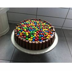 Kitkat M&M Taart recept | Smulweb.nl Pasta, Birthday Cake Girls, Girl Cakes, No Bake Desserts, Sprinkles, Cake Recipes, Sweet Tooth, Sweet Treats, Birthdays