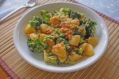 Potato-broccoli-Curry with coconut g potato(s) 500 g broccoli 1 onion(n) 2 TBSP Oil 1 can of coconut milk ml), 400 ml vegetable broth 1 TBSP curry paste, red 100 g le. Coconut Milk Recipes, Coconut Milk Curry, Curry Recipes, Healthy Recipes, Savoury Recipes, Broccoli Curry, Coconut Flour Bread, No Bread Diet, Mediterranean Spices