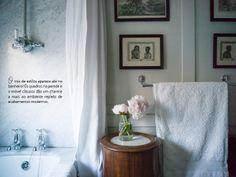 Um clássico atualizado. Veja: http://casadevalentina.com.br/blog/detalhes/classico-atualizado-2902 #decor #decoracao #details #detalhe #design #ideia #charme #charm #modern #moderno #classic #classico #casadevalentina #bathroom #banheiro #lavabo
