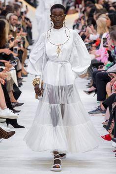 Valentino Spring 2020 Ready-to-Wear Fashion Show - Vogue Fashion Week Paris, Fashion 2020, Runway Fashion, High Fashion, Style Fashion, Spring Fashion, Fashion Trends, Valentino Paris, Cat Walk