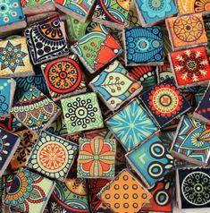 Divertidos colores brillantes de cerámica azulejo pedazos usados para proyectos de arte, joyas o mixta de mosaico. Donde tu imaginación te lleva. Medida azulejos de aprox 1/2 x 1/2 a través y aproximadamente 1/4 de espesor Aprox 90 piezas de teja de mosaico -.25 pies cuadrados de