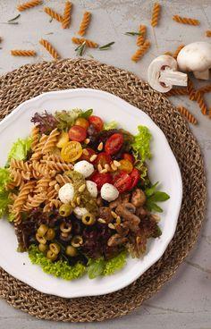 Gemischte Blattsalatemit Rucola, gekochter Süßkartoffel, zweierlei Cherry Tomaten, Kichererbsen, Feta Käse, getrockneten Tomaten & gerösteten Kürbisker