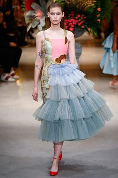 The complete Viktor & Rolf Spring 2017 Couture fashion show now on Vogue Runway. Fashion 2017, Runway Fashion, Fashion Art, Spring Fashion, High Fashion, Fashion Show, Fashion Design, Fashion Trends, Fashion News