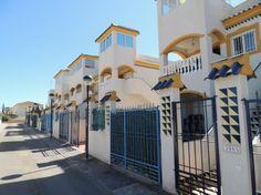 REF 620 : Gezellige 2 slaapkamer woning in Guardamar del Segura 425 p/m   Deze woning beschikt over 2 slaapkamers en 1 badkamer en bevindt zich op de bovenste verdieping.Hierdoor heeft u ook een eigen privé dakterras van 33m2. De woning ligt in een mooi complex met gezamenlijke zwembaden en tuinen. Daarnaast is er beneden ook nog een terras van 50m2 waar u eventueel uw auto kan parkeren. Ook is er een opslagruimte van ongeveer 6m2.