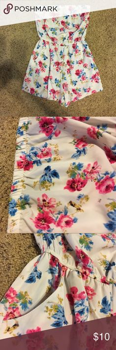 Forever 21 Sleeveless Romper in Sz S Cute sleeveless floral romper.  Gathers at the waist.  Has 2 pockets.   It also has hanger straps.  Size Small. Forever 21 Other