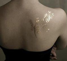Tatouage peinture sur corps doré