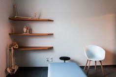Wah Wah design est une agence de création pluridisciplinaire belge. Ils sont spécialisés dans le design global de l'image de marque de société, PME, petits commerces… et apportent des solutions innovantes et créatives telles que la communication graphique, la recherche de concept marketing, le design d'intérieur et la création de mobilier sur mesure. Pour ce projet, le client avait une demande précise: penser l'ensemble de la communication visuelle en allant jusqu'a la création de son…