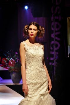 The model in this wedding fashion show has a very iconic hair arrangement Wedding Styles, Fashion Show, Wedding Photography, Formal Dresses, Model, Hair, Runway Fashion, Wedding Shot, Tea Length Formal Dresses