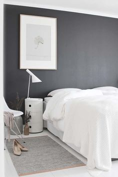 Над спальней в черно-белой гамме не властно время. Такая спальня создает драматичный контраст и выглядит эстетичной и привлекательной. Простота схемы и монохромность палитры создают уютное пространство, в котором можно бесконечно наслаждаться отдыхом и покоем. Черно-белая цветовая схема прекрасно работает в самых разных стилях, начиная от арт-деко и заканчивая минималистскими и современными пространствами. Такие монохромные спальни будут еще выигрышнее смотреться, если добавить в них еще и…