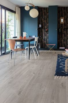 Quick Step - Lame PVC à clipser - Pulse Click- chêne cosy coton gris Pvc Flooring, Luxury Flooring, Vinyl Flooring, Kitchen Flooring, Sol Pvc, Classic Dining Room, Deco Originale, Luxury Vinyl Tile, Piece A Vivre