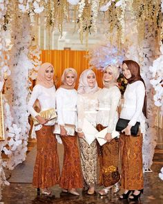 Bridesmaids for wedding. by farhanahkim Kebaya Lace, Batik Kebaya, Model Kebaya Modern, Dress Brokat, Kebaya Brokat, Kebaya Muslim, Bridesmaid Inspiration, Hijab Bride, Hijab Chic