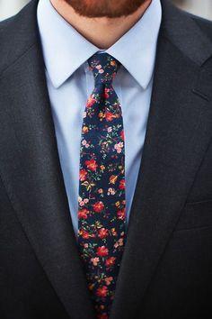 Comme un air de printemps avec cette cravate fleurie qui donne de la couleur à ce look chic #look #men #chic #fleurie