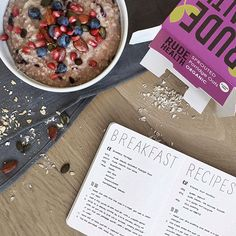 I always wanted to incorporate some recipes in my bullet journal but I never had the time to do this. Today I sat down and wrote down some of my favourite breakfast ideas (and trust me, it was challenging in this tiny nuuna notebook. ). Porridge is one of my all time favourites, it's quick, easy, delicious and it keeps you full for some hours!  but sometimes you need a litttle twist so it doesn't get too boring.  I got the inspiration to mix some smashed fruit on Pinterest, I think it was a…
