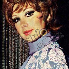 Türk sinemasının modayı en iyi izleyen ve en iyi giyinen yıldızı Filiz Akın, 1970 ilkbahar-yaz saç modellerini sergiliyor. Disney Characters, Fictional Characters, Snow White, Stars, Disney Princess, Books, Libros, Snow White Pictures, Book