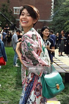 Hikari Mori Photos - Hikari Mori attends the Tory Burch Spring Summer 2019 Fashion Show at Cooper Hewitt, Smithsonian Design Museum on September 2018 in New York City. - Tory Burch Spring Summer 2019 Fashion Show - Front Row Anne Hathaway Style, Girl Model, Elegant Woman, My Outfit, Beauty Women, Asian Beauty, Tory Burch, Short Hair Styles, Fashion Show
