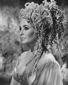 Elizabeth Taylor as Helen of Troy in a still from husband Richard Burton's theatrical film Doctor Faustus (UK, wearing a wig / headpiece by Alexandre de Paris, costume by Irene Sharaff. Old Hollywood Glamour, Vintage Hollywood, Classic Hollywood, Hollywood Stars, Helen Of Troy, Violet Eyes, Blue Eyes, Elisabeth, Actrices Hollywood