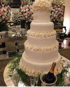 Sugestão de bolo de casamento !!! . #universodasnoivas #noiva #weddings #wedding #weddingday #weddingdress #casamento #casamentos #vestido #vestidos #vestidodenoiva #make #makeup #bolo #cake @douglas_campos