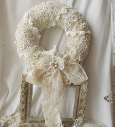 Beautiful For A Wedding 👰🤵 Couronne Shabby Chic, Shabby Chic Kranz, Couronne Diy, Shabby Chic Wreath, Shabby Chic Crafts, Wreath Crafts, Diy Wreath, Burlap Wreath, Shabby Chic Vintage