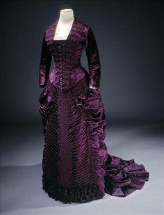 Another beautiful dress that a young Eliza would have loved Day Dress from Galliera musee de la Mode de la Ville de Paris. Vintage Outfits, Vintage Gowns, Vintage Mode, Vintage Hats, 1880s Fashion, Edwardian Fashion, Vintage Fashion, Gothic Fashion, Antique Clothing