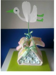 Tarta de pañales, la cigüeña con chupo, manta de bebé y 10 pañales dodot. https://www.facebook.com/TartasPanalesOviedo