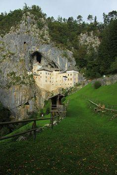 Predjama Castle , un castillo renacentista construido dentro de una cueva en el sudoeste de Eslovenia