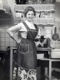 Vintage Housewives – 32 Lovely Photos Show Young Women Working Housework in the Vintage Ladies, Retro Vintage, Vintage Woman, Vintage Toys, Blouse Nylon, Vintage Housewife, 1950s Housewife, Aprons Vintage, Domestic Goddess
