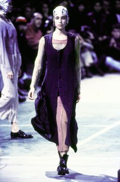 See the complete Comme des Garçons Fall 1993 Ready-to-Wear collection.