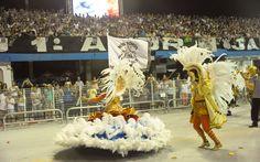 Mestre-sala e porta bandeira da Gaviões da Fiel desfilam na avenida