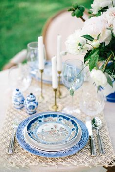 Thanks to the beautiful vision of HEATHER ROWLAND and LINDSEY ZAMORA I have this chic and stylish shoot to share with you today. They've paired ethereal garden elements with hints of chinoiserie to offer an elegant and sophisticated look. BEAUTY AND THE B