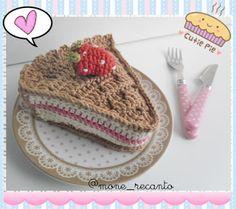 """Simone Bitar: Strawberry Pie Amigurumi     Como sou inventadeira de moda....hi,hi,hi... aqui vai mais uma: Strawberry Pie Amigurumi. Ai gente... estou IN LOVE!   Ficou do jeitinho que gosto!  No Blog conto """"tudin"""" sobre essa lindeza: http://recantodasborboletas-simoninha.blogspot.com.br/  E nas Lojinhas você pode fazer tua encomenda: www.monerecanto.divitae.com.br  www.recanto.loja2.com.br  E-mail: simrdb@gmail.com ou IN BOX  (y)"""