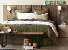 le dessus de lit blanc donne un effet cocooning accompagné de la tête de lit en manguier massif et des draps de lit kaki #pourchezmoi