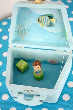 take along doll house: buy box? Wood Peg Dolls, Clothespin Dolls, Craft Stick Crafts, Fun Crafts, Crafts For Kids, Doll Crafts, Diy Doll, Diy Presents, Diy Gifts