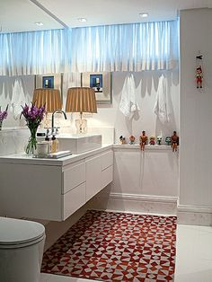 Com bancada de mármore, o banheiro tem detalhes inusitados: bonecos Ken e alguns brinquedos enfeitam o ambiente. Projeto do arquiteto Nelson Kabarite