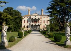 Castello di Roncade Agriturismo | Italy Treviso Veneto. A stately retreat, an oasis of calm and beauty. Picnic on the lawns, enjoy a glass of home-produced prosecco beneath a centuries-old tree