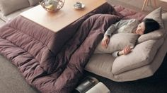 Kokatsu: a Japanese invention that combines table, heater and duvet - what a great idea! Japanese Bed, Japanese Table, Japanese Home Decor, Japanese Interior, Japanese House, Shelf Furniture, Home Furniture, Bed Heater, Japanese Living Rooms