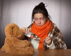 Are you confused about the best way to treat your or your family's cold and flu this year? Here's an overview of the only cold and flu guide you will ever need this season prepared by the researchers at Consumer Reports. Influenza Estacional, Flu Fever, Natural Flu Remedies, Natural Cures, Natural Health, Keto Flu, Flu Symptoms, Quiz, Flu Season