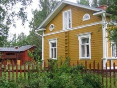 Single barge board on end, more substantial trim on front, including at level of windowsills on first floor. Yellow House Exterior, Cottage Exterior, Exterior Trim, House Paint Exterior, Exterior Design, Swedish Cottage, Yellow Cottage, Scandinavian Cottage, Farmhouse Trim